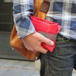 Chico con portabocadillos rojo en la calle rolleat