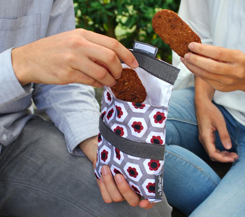 pareja compartiendo merienda con porta snacks